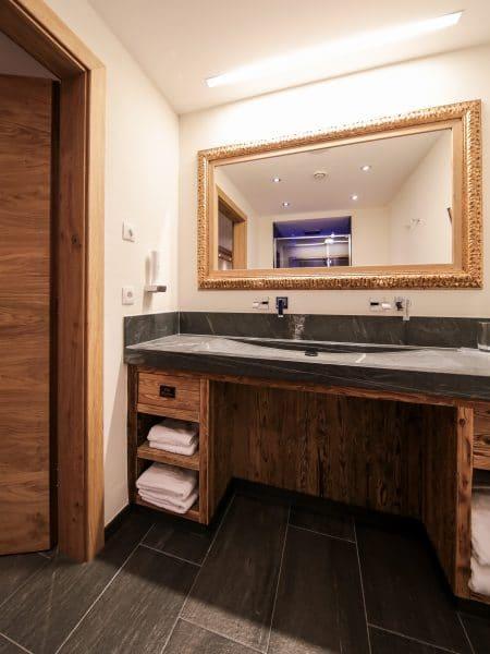 Badezimmer im Doppelzimmer im Hotel Tirol in Ischgl